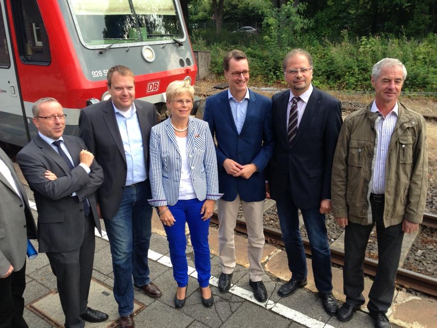 Beim kleinen Bahngipfel in Hamminkeln mit dabei: (von links) Jürgen Linz, Norbert Neß, Marie-Luise Fasse, Hendrik Wüst, Helmut Eing und Herbert Panofen.